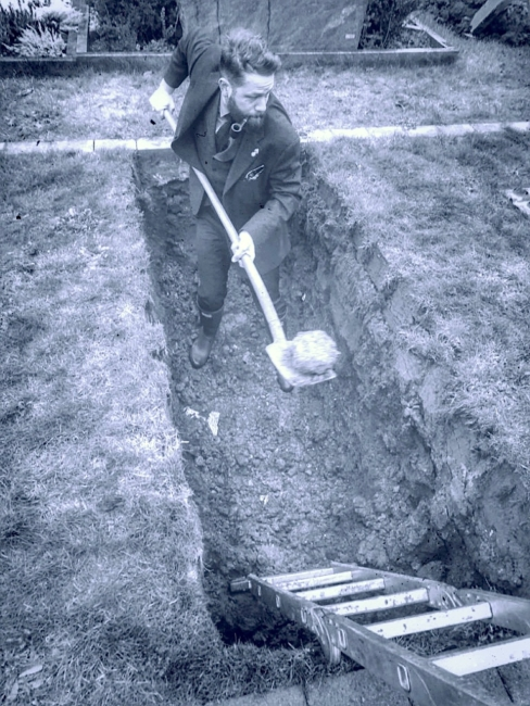Tom Heider, Cordes Bestattung Hannover in einem offenen Grab